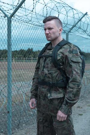 uniforme: Imagen de la joven soldado en uniforme militar Foto de archivo