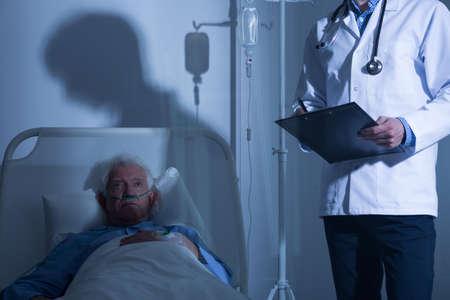 Terminaal zieke mannelijke patiënt verblijft in hospice Stockfoto