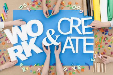 Werk en creëren opgebouwd uit witte letters Stockfoto