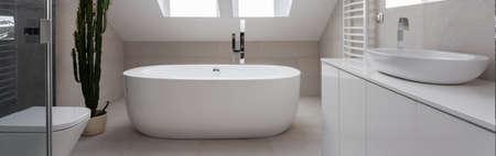 Vista horizontal de la belleza simple diseño del baño Foto de archivo - 43294486