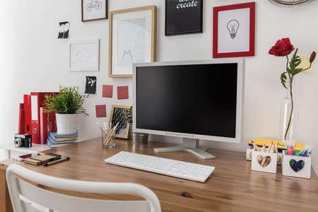 木製の机の上のデスクトップ コンピューターのクローズ アップ 写真素材