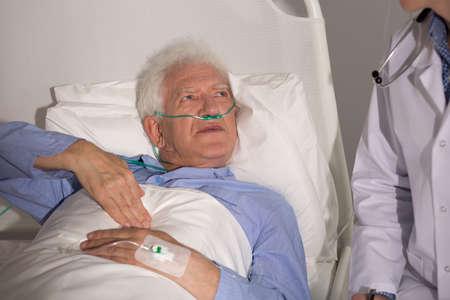 un homme triste: Des patients avec un cancer du poumon s�jour � l'h�pital