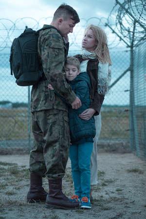 soldado: Familia y soldado en el adi�s militar diciendo