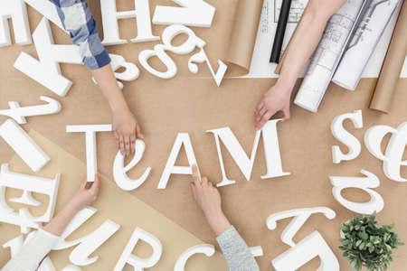 personas unidas: Equipo de negocios sentado en la mesa y trabajar juntos