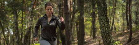 gente corriendo: Panorama de la mujer corriendo en la mañana en el bosque Foto de archivo