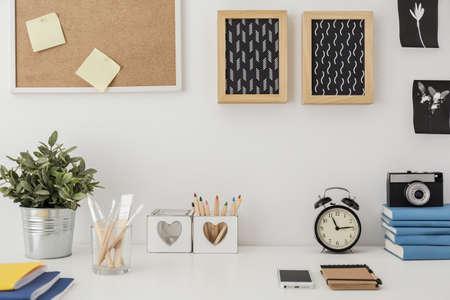 corcho: Primer plano de escritorio elegante con equipos diseñados