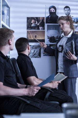 femme policier: Image de policewoman présentation de matériel de scène de crime