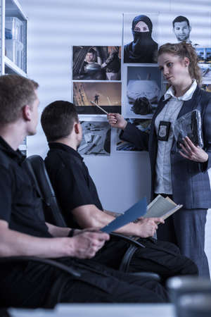 femme policier: Image de policewoman pr�sentation de mat�riel de sc�ne de crime