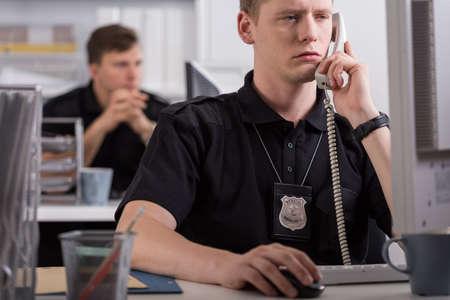 uniformes de oficina: Imagen de la policía durante su trabajo en la estación de policía