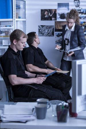 investigacion: Foto de los trabajadores de oficina investigación policial durante el trabajo