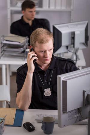 officier de police: Image de policier parlant au t�l�phone avec le t�moin du crime Banque d'images