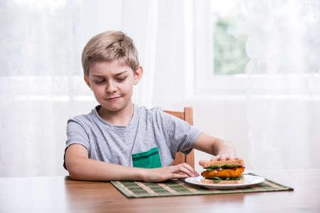 ni�os pobres: Imagen de ni�o quisquilloso con s�ndwich de pollo