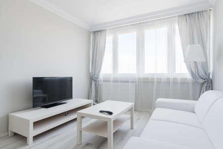cortinas: Imagen del salón elagnt blanco con negro de plasma