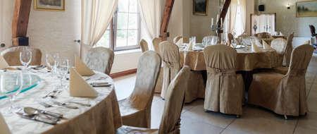 material de vidrio: Imagen de mesas en el restaurante preparado para la recepción