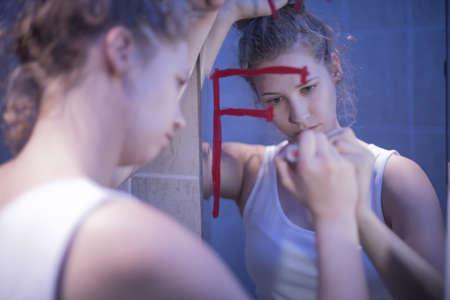vomito: Imagen de la mujer infeliz joven con problemas mentales