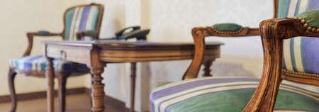 silla de madera: Clouse encima de vista de sillas tapizadas de estilo vintage Foto de archivo