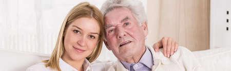 ragazza innamorata: Giovane nipote ama il suo vecchio e malato nonno