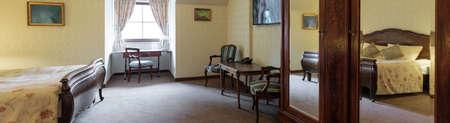 muebles antiguos: Vista panor�mica de la gran habitaci�n doble con muebles antiguos