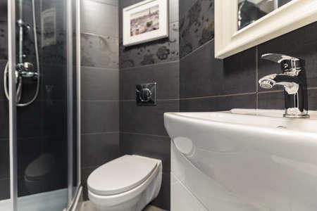 黒と白のモダンなデザインのバスルームの写真 写真素材