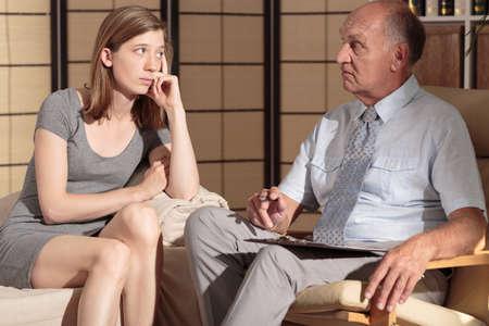 terapia psicologica: Imagen de la hembra escucha paciente deprimido al terapeuta Foto de archivo