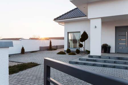 case moderne: Grande residenza moderna, con ampio cortile pavimentato Archivio Fotografico