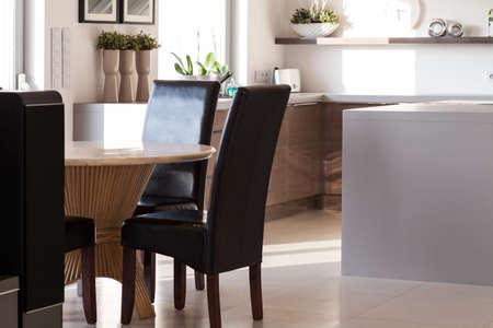 familia cenando: Vista de la sala de comedor con mesa redonda de madera