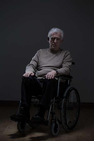 persona mayor: Hombre solo con discapacidad altos sentado en una silla de ruedas Foto de archivo