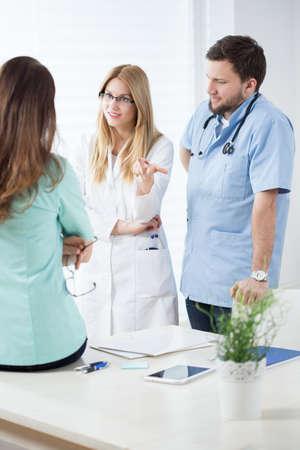 consulta m�dica: Tres m�dicos j�venes durante la consulta m�dica en la oficina