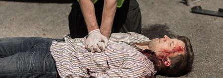 signos vitales: Policía está haciendo los primeros auxilios hombre inconsciente Foto de archivo