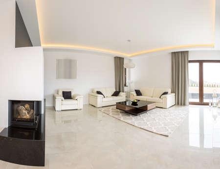 Geräumiges helles Wohnzimmer mit Kamin und Marmorboden