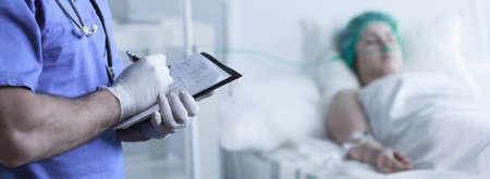 Primer plano de las manos del médico rellenar documentos médicos Foto de archivo - 43692131