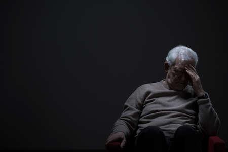 hombre solo: Altos hombre desesperado en un fondo oscuro