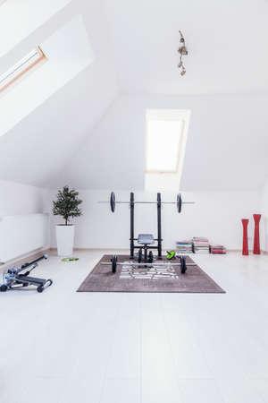 Petite salle de gym aménagée en salle blanche à la maison Banque d'images