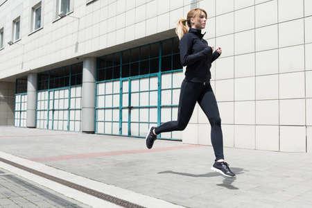 Foto van een atletische vrouw doet fitness