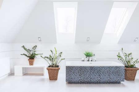 cuarto de ba�o: Blanco luminoso cuarto de ba�o con ba�era azul mosaico