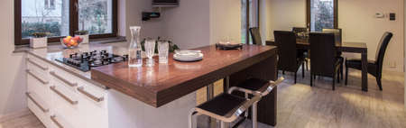muebles de madera: cocina moderna elegante con comedor