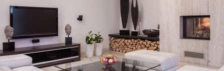 Luxuriöses Wohnzimmer Interieur im modernen Stil mit großen Fernseher Standard-Bild