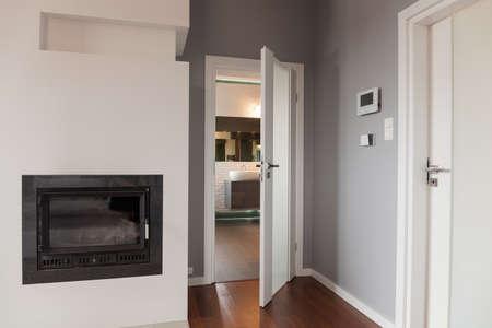 ラウンジ、暖炉に白い玄関ドア