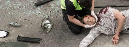 Eerste hulp voor de mens gewond bij auto-ongeluk