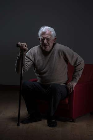 persona enferma: Imagen del hombre mayor que usa bastón Foto de archivo