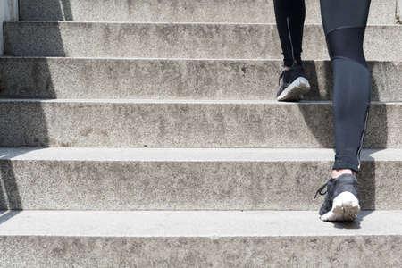 Close-up van een vrouwelijke benen lopen de trap