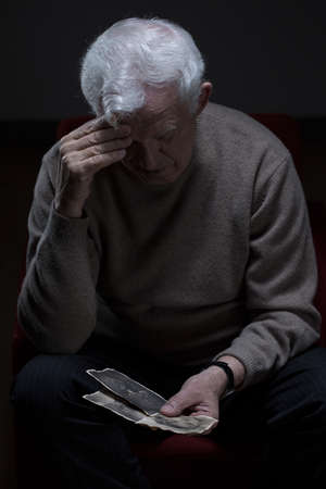 Beeld van de trieste gepensioneerde lijden aan eenzaamheid