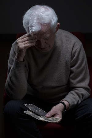 personas mirando: Imagen de la triste jubilados que sufren de soledad