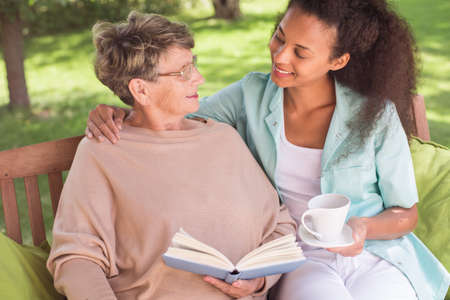 tercera edad: Mujer mayor y jóvenes cuidadores siendo amigos