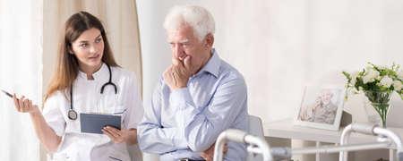 Patiënt praten met jonge dokter thuis