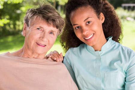 amistad: Imagen presentar amistad entre los jubilados y la enfermera Foto de archivo