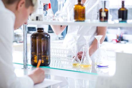 화학 실험실에서 일하는 화학자와 생물 학자