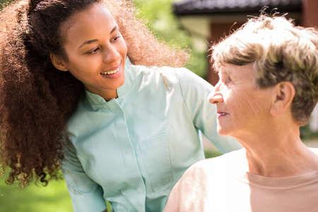 Portret van gepensioneerde en African American verpleegkundige