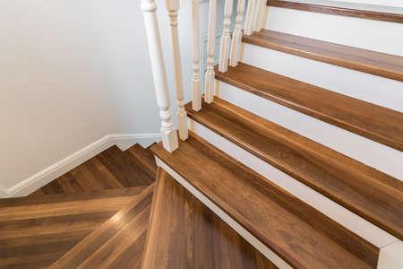 Dřevěné a elegantní kroky v moderním patrový dům