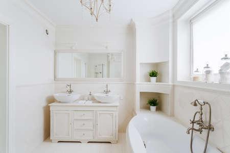 mirror?: Baño de lujo en el estilo francés en la casa Foto de archivo